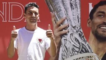 Jesús Navas y un acto de reconocimiento especial. Twitter/SevillaFC