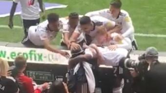 El Fulham celebró un gol abrazando a un niño con parálisis cerebral. Captura/MarkJTwomey