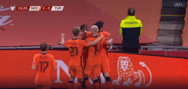 Depay sigue 'on fire': pared con Klaasen para el 2-0. Captura/UEFATV