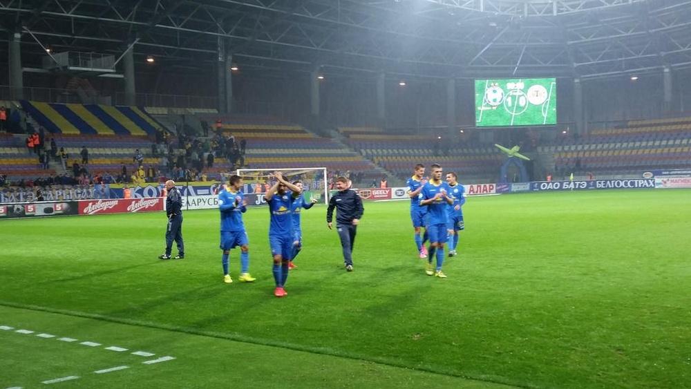 Los jugadores del BATE agradecen su apoyo a sus aficionados al término del encuentro ante el Torpedo Zhodino, que ganaron por 1-0. Twitter