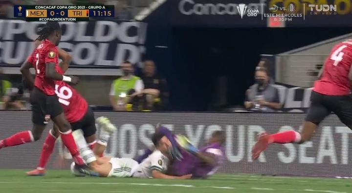 Lozano sort sur civière après un violent choc en Gold Cup. TUDN