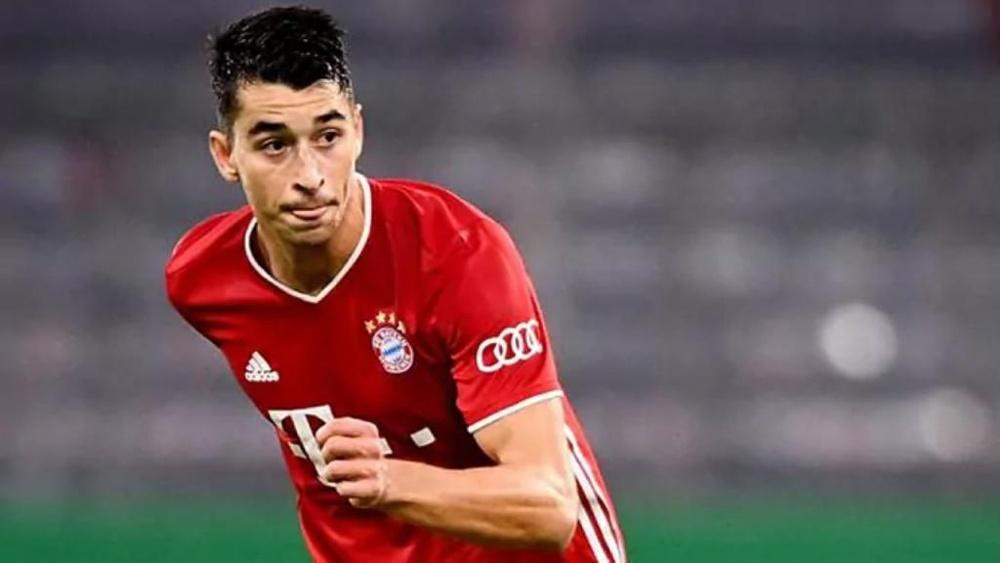 Marc Roca, en acción, durante un partido con el Bayern de Múnich. EFE