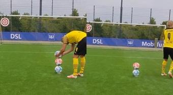 Haaland empilha três bolas... e chuta as três no ângulo. Twitter/Bundesliga_EN