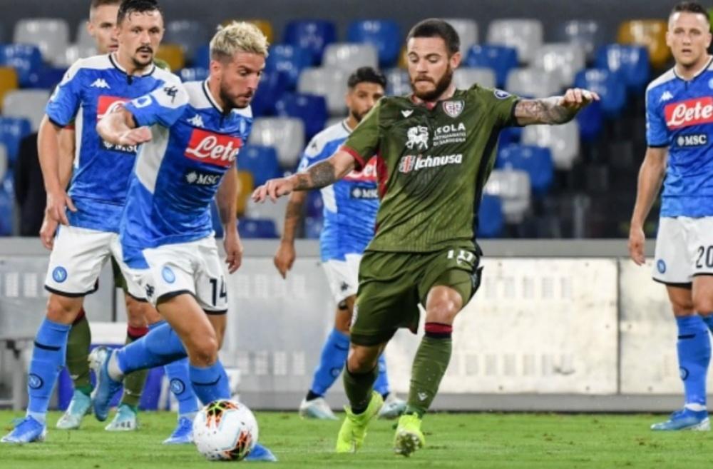 Nahitán Nández pelea por un balón durante el Cagliari-Nápoles (ampliada). AFP