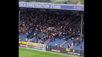 Altercados en las gradas del estadio Turf Moor.  Captura/Twitter/Chris Wheatley