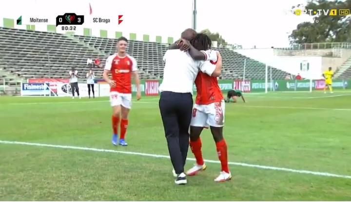 Roger Fernandes abrazó a Carlos Carvalhal tras su gol. Captura/SportTV
