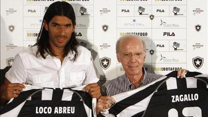 Botafogo aún le debe parte del sueldo al 'Loco' Abreu. EFE