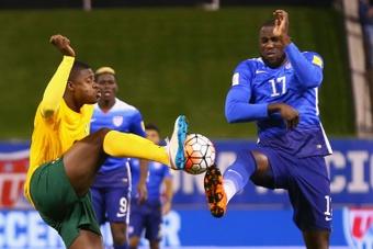 Sorren Hamlet (i) pelea por un balón dividido con Jozy Altidore, en el Estados Unidos-San Vicente y Granadinas. AFP