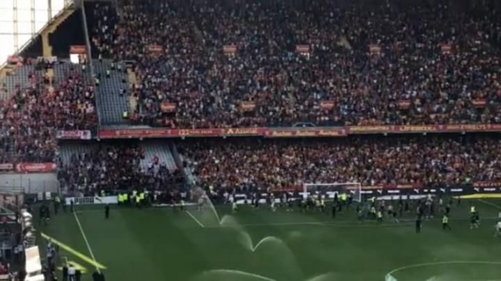 Lens-Lille é paralisado após invasão de torcedores. Captura/ArthurPineau