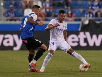 Casemiro (R) will now be a Real Madrid player until 2025. AFP