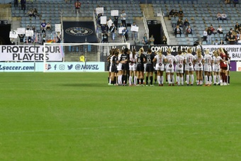 NWSL players halt play in 'solidarity' moment