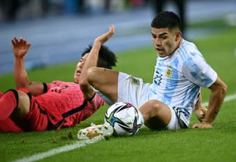 Carlos Valenzuela (R) scored in Argentina's 2-2 draw with South Korea. AFP