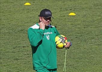 Fotografía tomada el pasado 5 de octubre en la que se registró al seleccionador del equipo nacional de fútbol de Bolivia, Julio César Baldivieso. EFE/Archivo