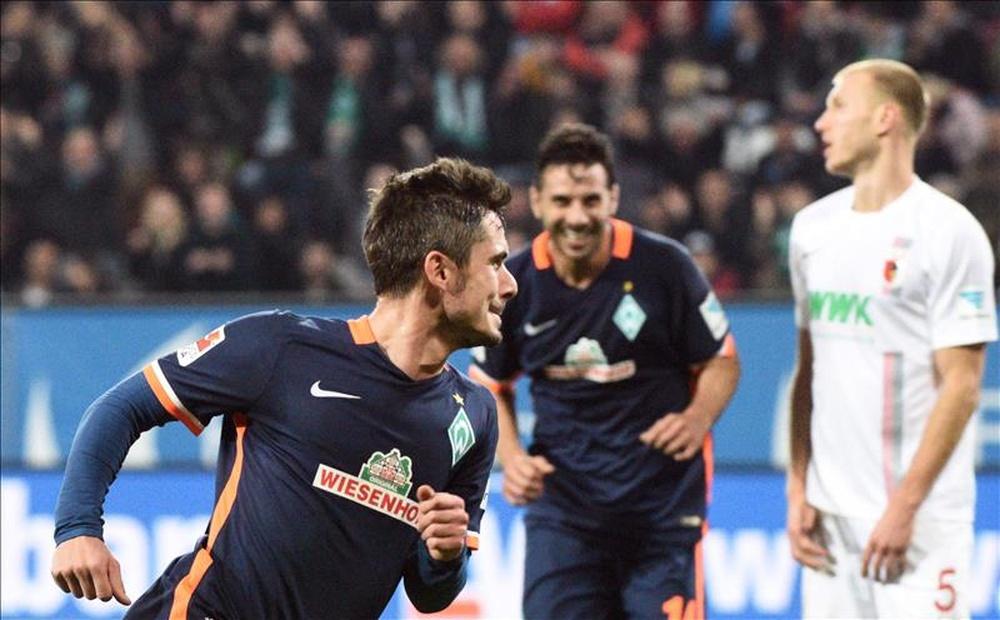 El jugador del Bremen Fin Bartels (I) celebra un gol mientras le persigue su compañero Claudio Pizarro en Augsburg, Alemania. EFE/EPA