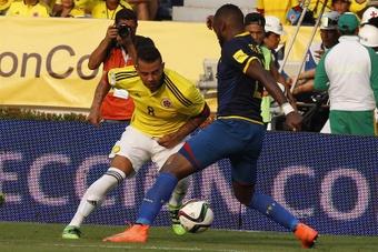 El jugador colombiano Edwin Cardona (i) disputa el balón con el ecuatoriano Gabriel Achilier (d) durante un partido entre Colombia y Ecuador por las eliminatorias al mundial de fútbol Rusia 2018, en el Estadio Metropolitano de Barranquilla (Colombia). EFE