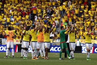 Jugadores de Colombia fueron registrados este martes al celebrar después de vencer a Ecuador, tras un partido por las eliminatorias al mundial FIFA de Rusia 2018, en el Estadio Metropolitano de Barranquilla (Colombia). EFE
