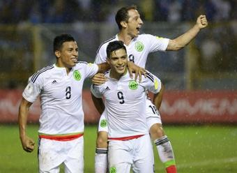 El jugador México Raúl Jiménez (c) celebra con Ángel Sepulveda (i) y Andrés Guardado (arriba) un gol contra El Salvador hoy, viernes 2 de septiembre de 2016, durante un partido de las eliminatorias para el Mundial de Rusia 2018 en el Estadio Cuscatlán, en San Salvador (El Salvador). EFE