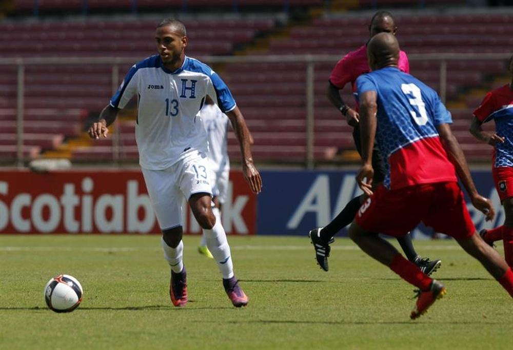 Eddie Hernández (i), de la selección nacional de fútbol de Honduras, fue registrado este domingo al disputar un balón con Trevor Lennen (d), de Belice, durante la final de la Copa Centroamericana de Fútbol, en Ciudad de Panamá (Panamá). Los hondureños se impusieron 0-1. EFE