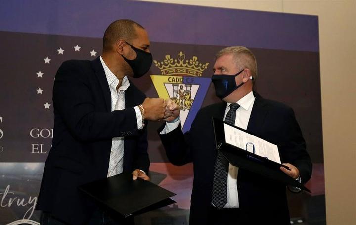 El Cádiz reafirmó su apoyo para la creación de escuelas de fútbol en El Salvador. EFE