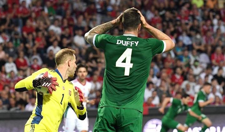 Irlanda, contra los abucheos de los aficionados húngaros. EFE