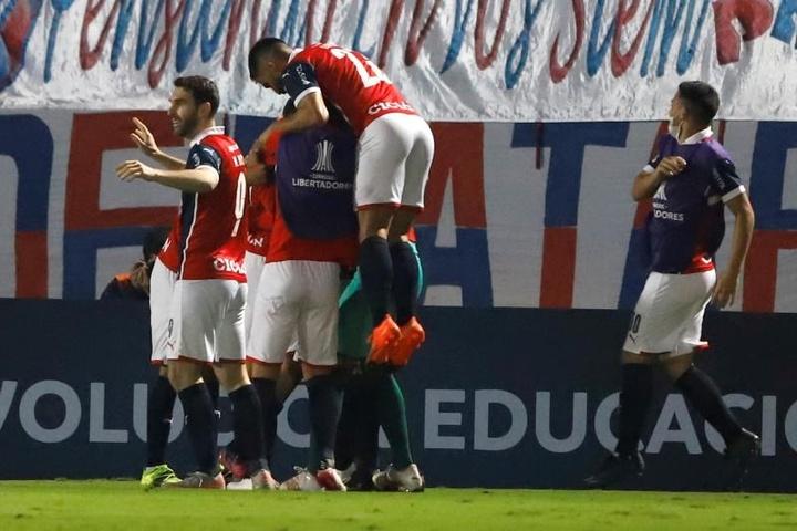 El Ministerio de Salud de Paraguay autorizó una prueba con público en estadios. EFE
