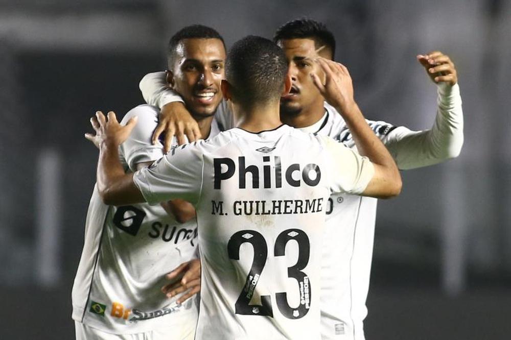 Santos se impuso a Libertad con un jugador menos. EFE