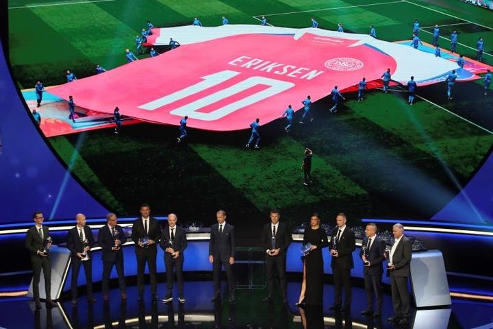 Kjaer y los médicos que salvaron vida a Eriksen recibieron el premio Presidente de la UEFA. EFE