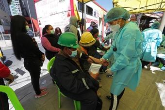 Los aficionados del Bolivia-Colombia fueron vacunados. EFE