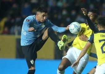 Uruguay se llevó los tres puntos sobre la bocina. EFE