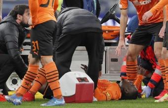 Drama en Ucrania: Traoré salió en camilla tras una horrible lesión de rodilla. EFE