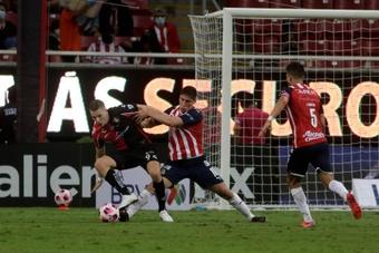 Un Chivas con nueve le pone la alfombra al nuevo líder del Apertura. EFE