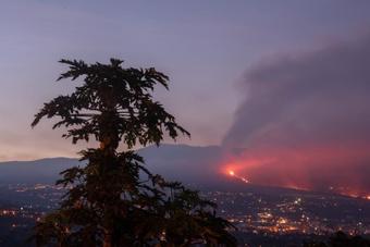 El partido mixto ha servido para ayudar a los damnificados por la erupción. EFE