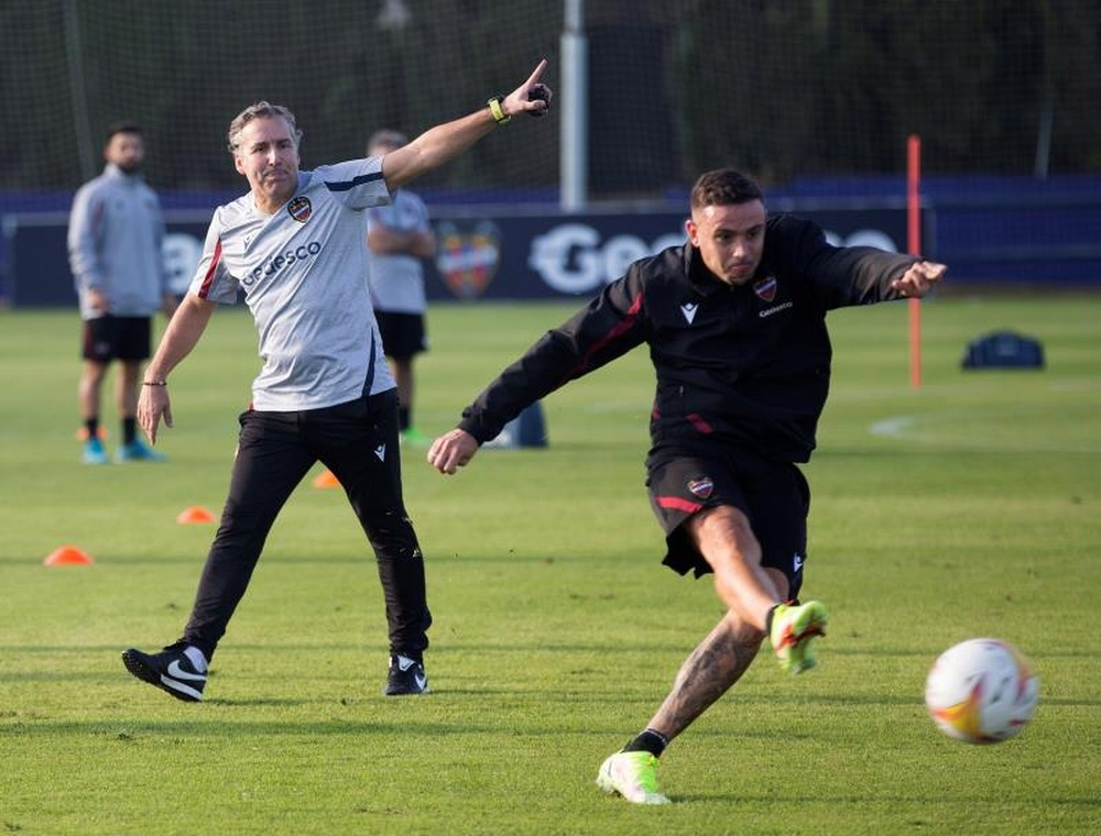 Pereira conoció a sus jugadores y dirigió su primer entrenamiento en el Levante. EFE