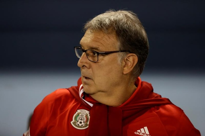 México venció por 0-2 a El Salvador. EFE