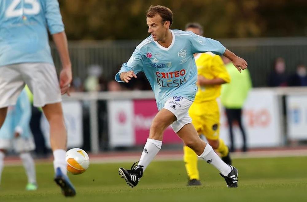 Macron, futbolista y goleador por un día. EFE