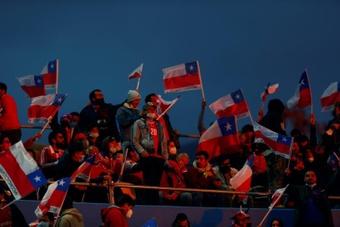 La FIFA multa a Chile por el comportamiento discriminatorio de sus hinchas. EFE