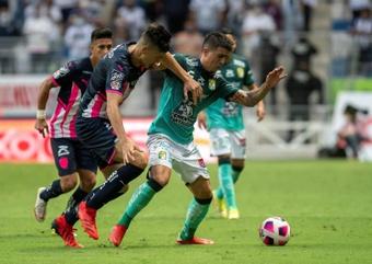 Ariel Holan le gana la partida a Javier Aguirre en Monterrey. EFE