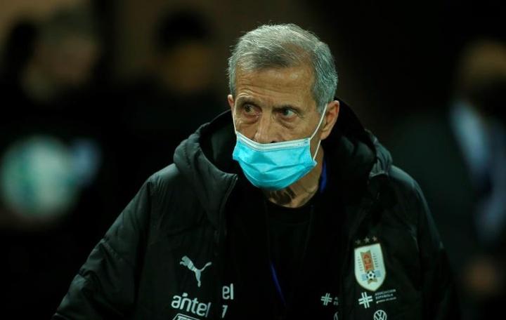 El puesto de Óscar Tabárez pende de un hilo después de 15 años. EFE