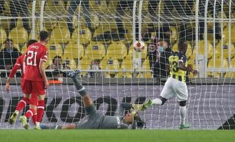 El Fenerbahçe y el Antwerp empataron a dos. EFE