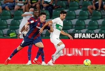 Javier Pastore (d) jugó su primer partido como titular en el Elche. EFE/Archivo