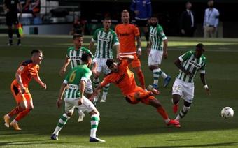 El Betis amenaza a un Valencia lleno de dudas. EFE