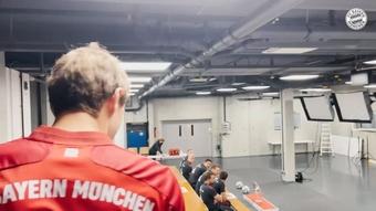 Il dietro le quinte: la foto di squadra del Bayern. Dugout