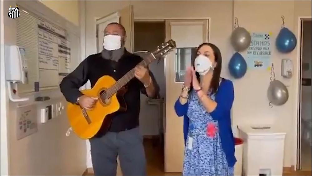 Pelé canta l'inno del Santos durante la sua convalescenza. VIDEO