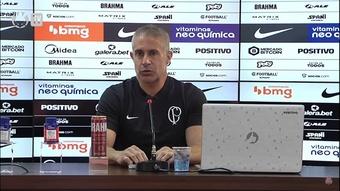 Sylvinho elogia 'atleta completo' Fábio Santos ao ser igualado em números de jogos. DUGOUT