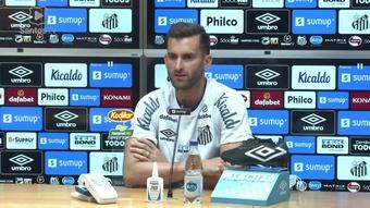 Léo Baptistão fala sobre pressão no Santos e elogia espírito do elenco. DUGOUT
