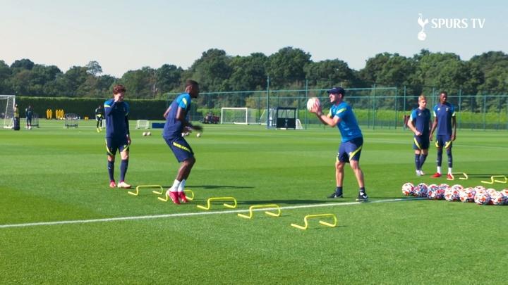 La prima seduta di allenamento di Emerson Royal con il Tottenham. Dugout