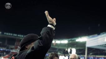 Ronaldinho è lo special guest della serata nella partita tra PSG e Lipsia. Dugout