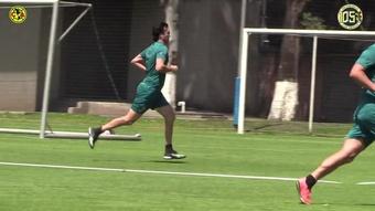 Santiago Solari marca en el partido del staff del Club América. Captura/DUGOUT